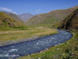 Údolí řeky Pirikita Alazani (vzadu vesnice Girevi)