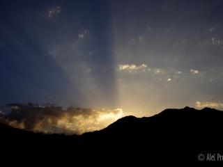 Západ slunce za hřebenem Kkhomagi