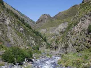 Údolí řeky Andaki (vzadu pevnost Mutso)