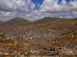 Přístavní město Puno na břehu jezera Titicaca