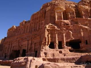 Petra, Palácová hrobka (vlevo), Koryntská hrobka (vpravo)