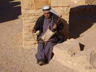 Lidový hudebník (poušštní hrad Qasr Amra)
