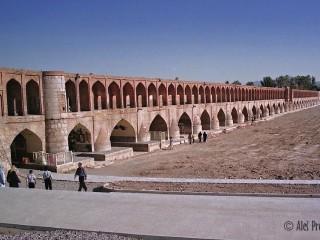 Esfahán, Most Si-o-Seh (Allahverdi Khan) přes v létě vyschlou řeku Zayandeh