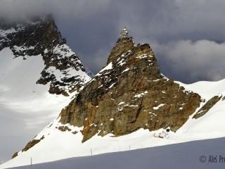 Sedlo Jungfraujoch mezi vrcholy Mönch a Jungfrau, observatoř Sphinx