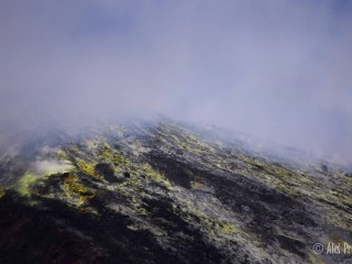 Vrchol sopky Anak Krakatau