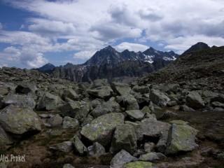 Údolí Mittertalbachu, vzadu Zwölferkogel a Sulzkogel