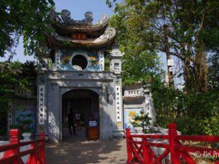 Vstupní brána chrámového komplexu na Želvím ostrově na jezeře Hoan Kiem, Hanoj