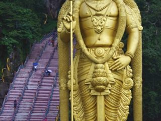 Socha boha Murugana u schodiště k Batu Caves